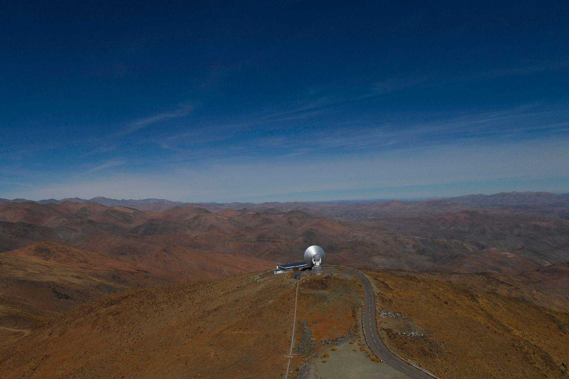 Imagen del telescopio submilimétrico Sueco-ESO (SEST) de 15 metros en las instalaciones de La Silla del Observatorio