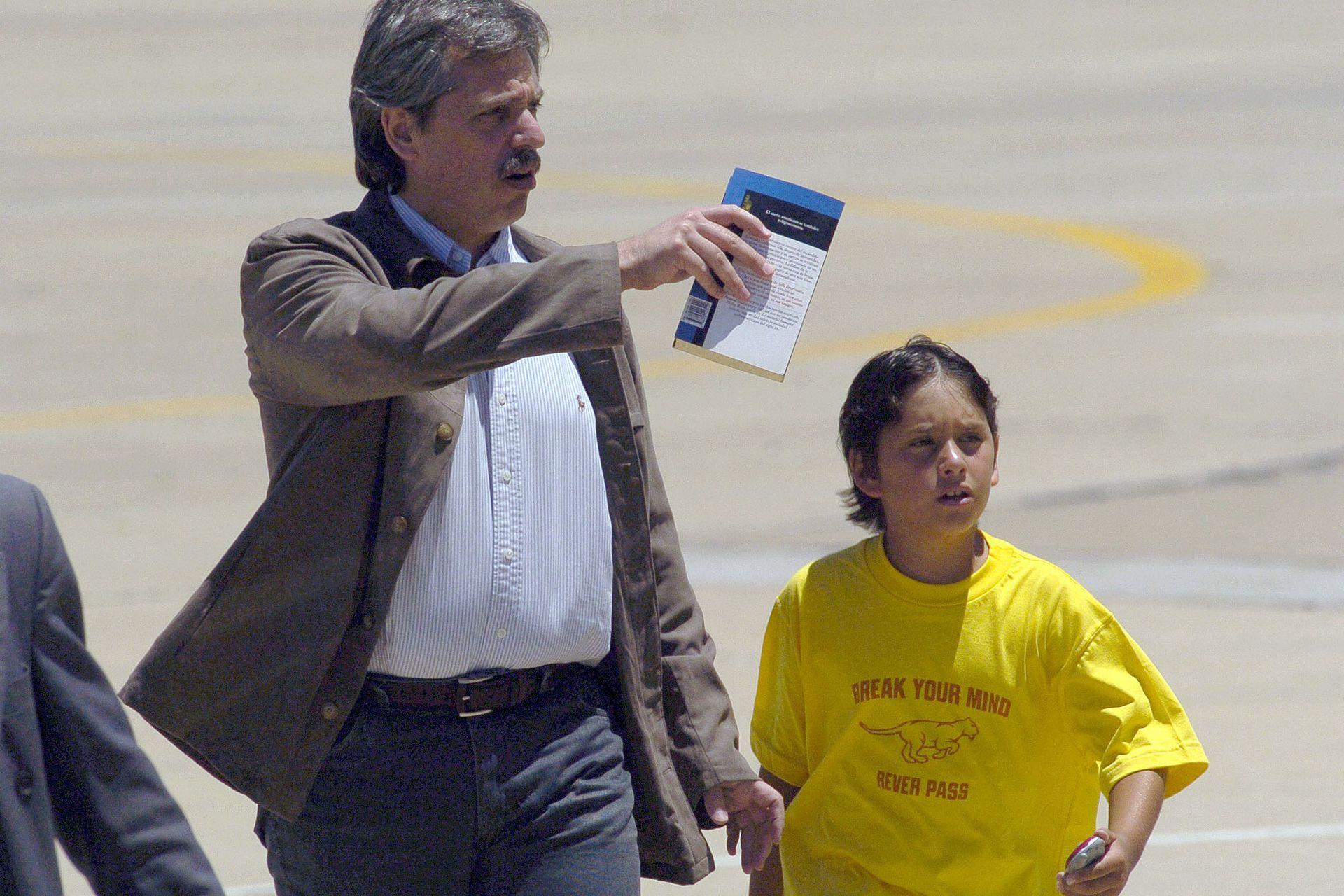 El arribo a la base militar junto a su hijo, el 11 de mayo de 2005