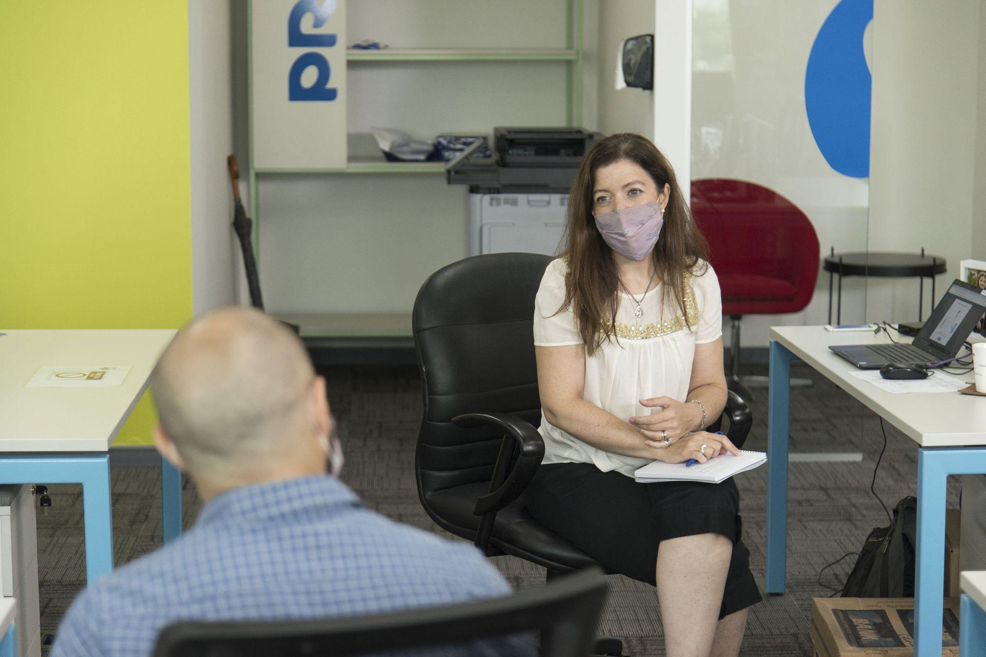María Laura de la Fuente divide sus horas de trabajo en la compañía alemana Merck entre la oficina y el hogar, con un esquema muy organizado por la empresa