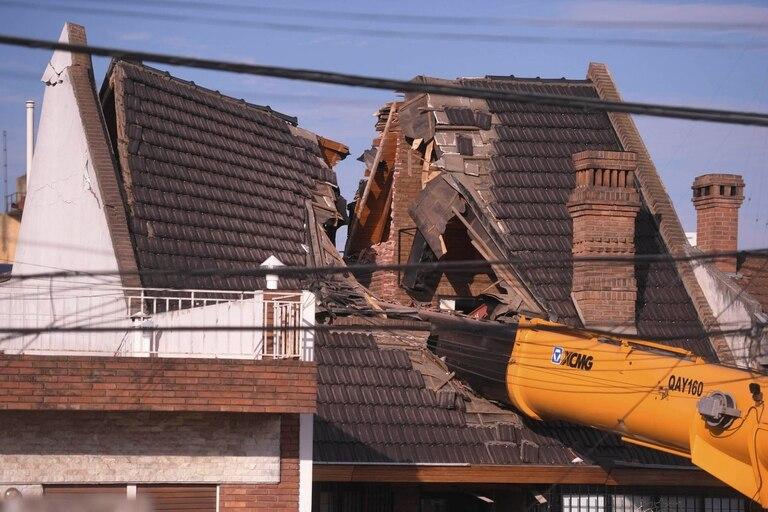 Una grúa que intentaba pasar una pileta de natación por arriba de una casa, cayó sobre la vivienda y la partió al medio