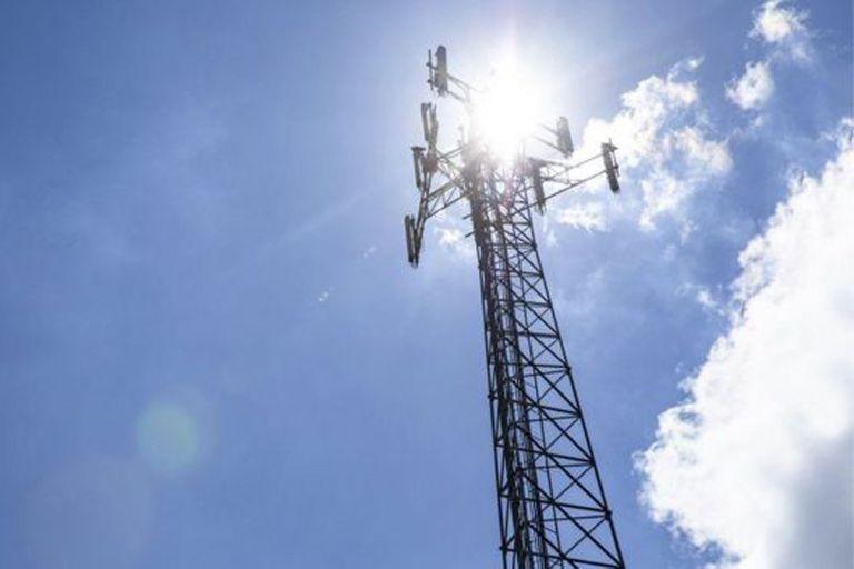 Los incendios de torres de telefonía celular en Birmingham y Merseyside están siendo investigados por las autoridades