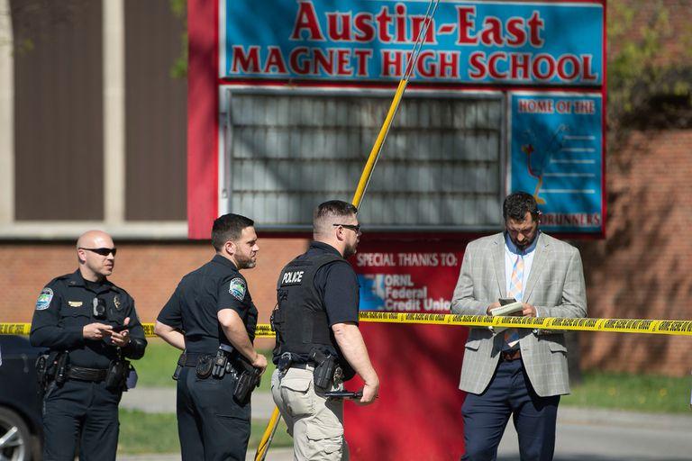 Agentes de policía responden a un tiroteo en la escuela secundaria Austin-East Magnet, el lunes 12 de abril de 2021, en Knoxville, Tennessee.