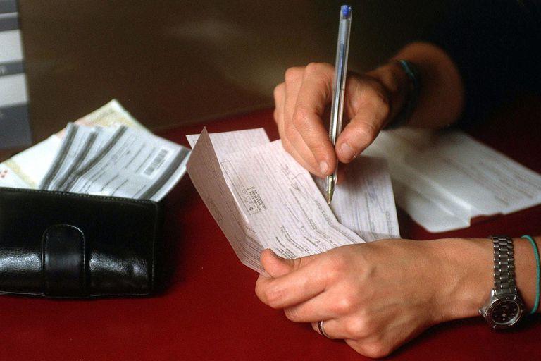 El impuesto al cheque y un decreto pendiente para aliviarlo