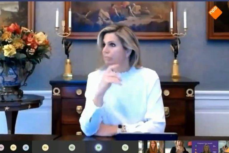 La reina de Holanda mira a un costado totalmente sorprendida al escuchar el improperio por parte de una participante de la charla virtual