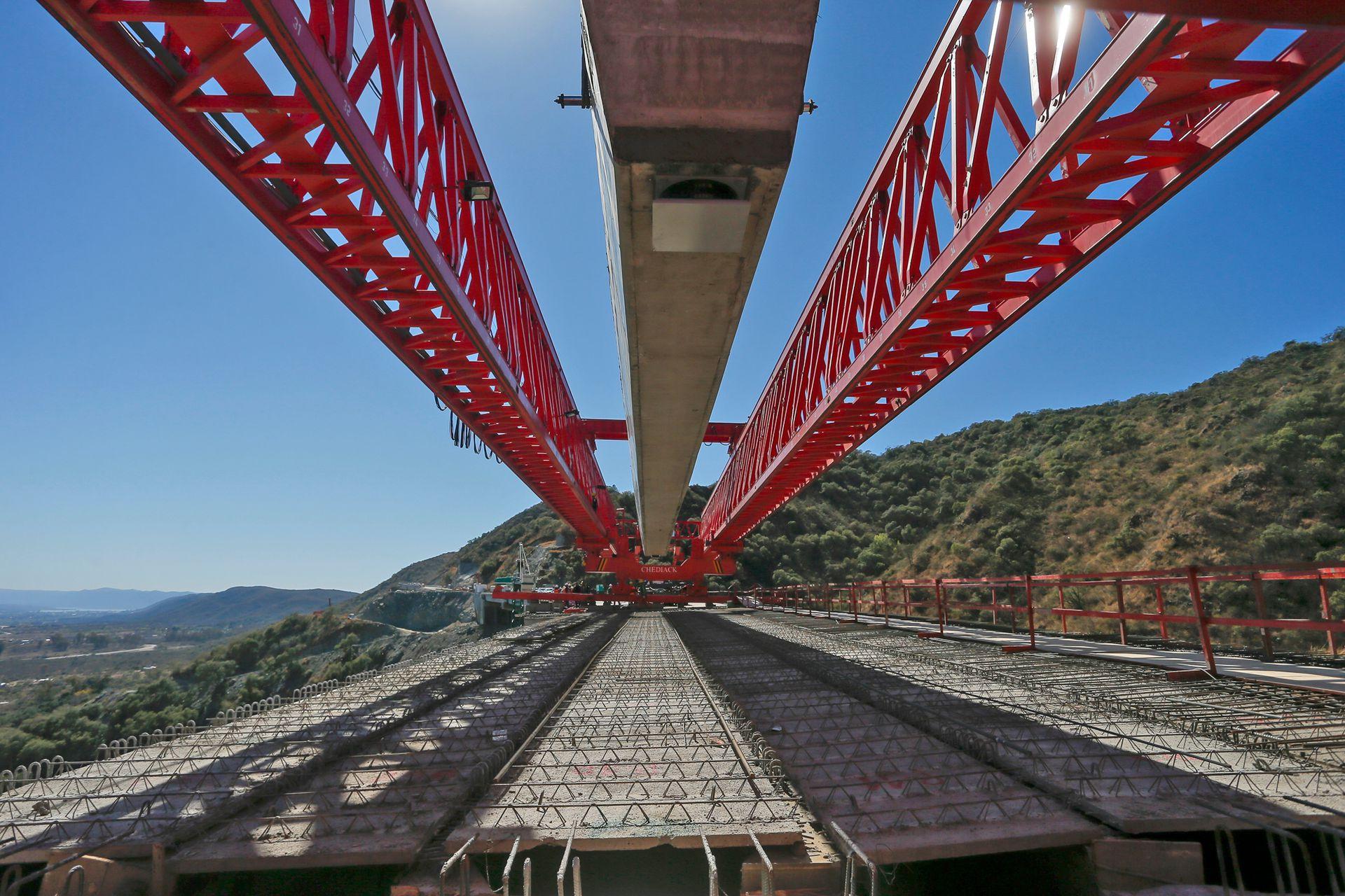 Con la colocación de la última viga en los viaductos, concluyó una parte sustancial de los trabajos en la zona