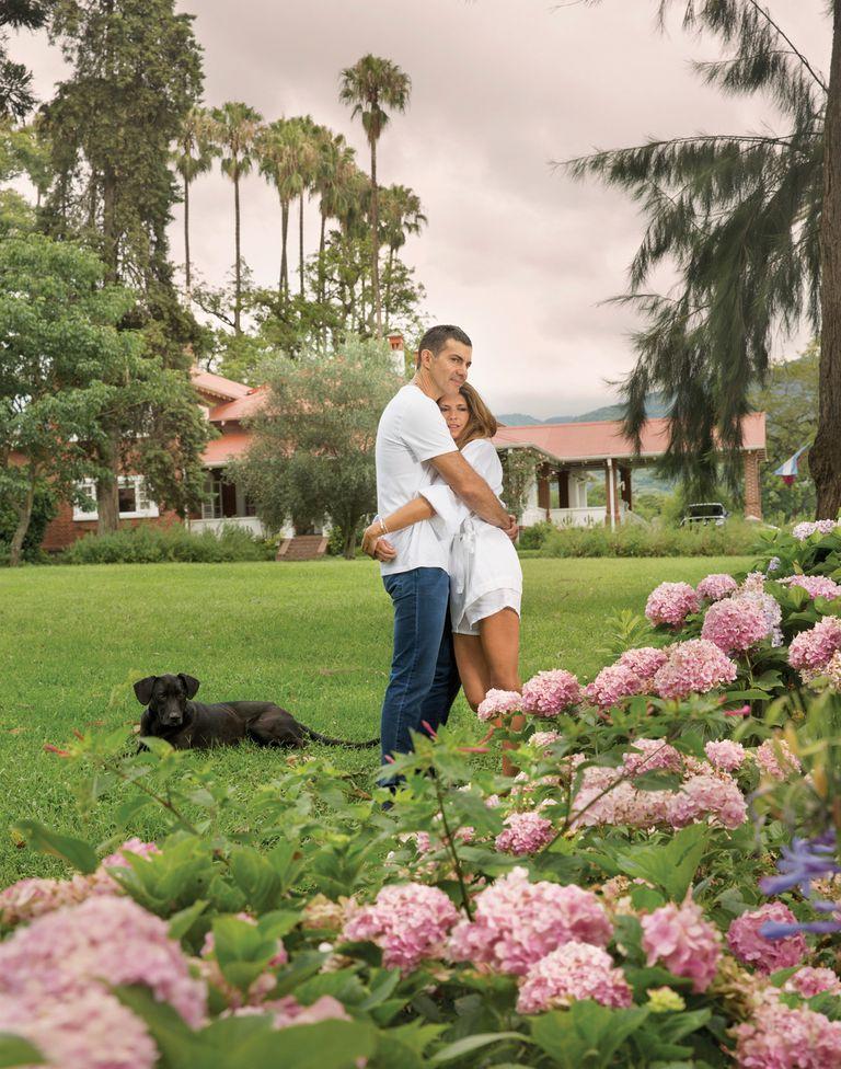 El parque de la finca cuenta con una inmensa variedad de plantas. Entre las flores, se pueden citar las hortensias, los jazmines, las rosas. Juan Manuel e Isabel aseguran que disfrutan a pleno su vida allí.
