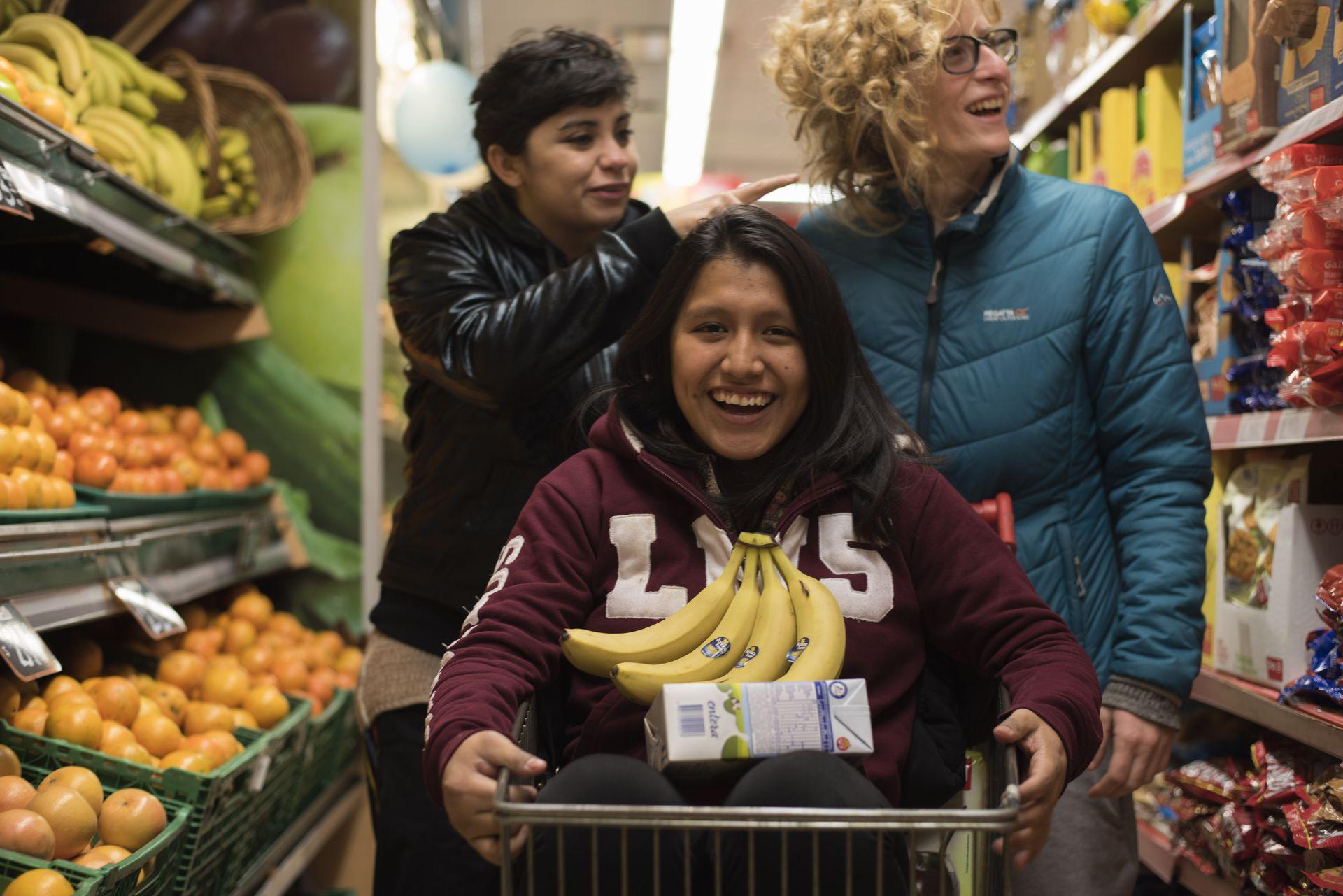 En Doncel y junto a la Guía Egreso, Jasmín fue incorporando herramientas para una vida independiente. En la foto, junto a dos amigas en el supermercado.