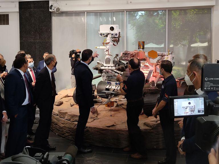 22-07-2021 El presidente del Gobierno, Pedro Sánchez, visita el Jet Propulsion Laboratory de la NASA en Los Ángeles, frente a una réplica del Rover de la mision Perseverance de Marte POLITICA EUROPA NORTEAMÉRICA ESPAÑA ESTADOS UNIDOS INTERNACIONAL INVESTIGACIÓN Y TECNOLOGÍA ANA FERNÁNDEZ VILA/EUROPA PRESS