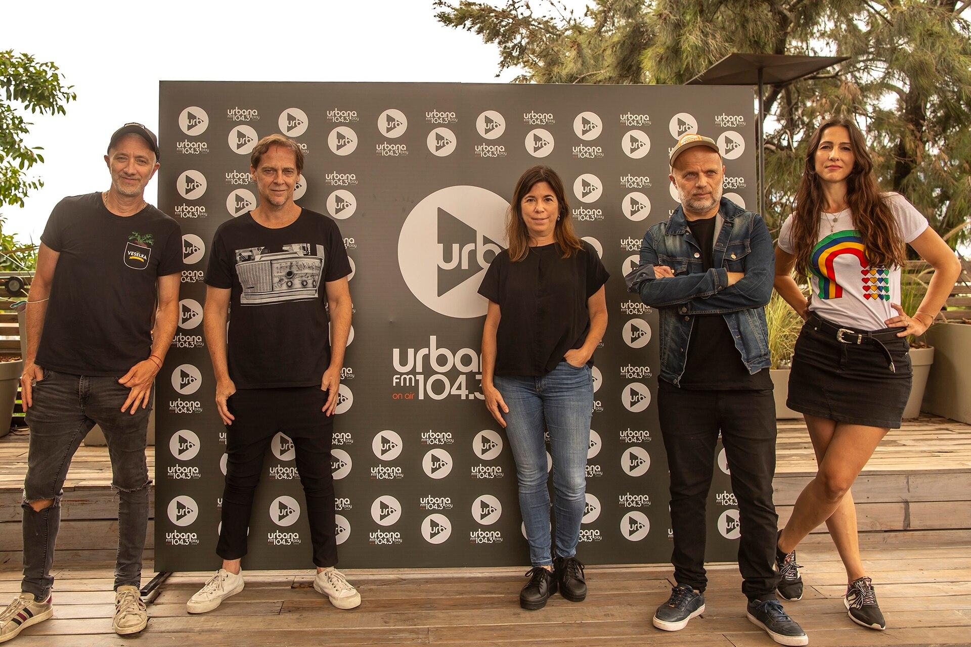 Matías Martin junto a sus compañeros de radio Urbana Play: Andy Kusnetzoff, María O'Donnell, Sebastián Wainraich y Julieta Pink