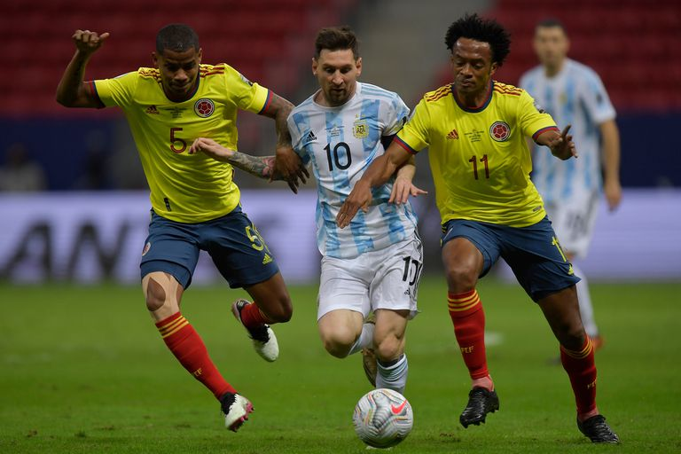 Lionel Messi, Wilmar Barrios y Juan Cuadrado luchan por la pelota durante el partido que disputan Argentina y Colombia por la Copa América 2021