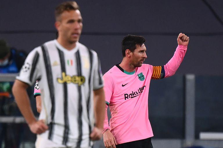 El puño en alto de Messi para festejar el gol de penal, mientras en primer plano aparece Arthur, un compañero hasta hace unos meses