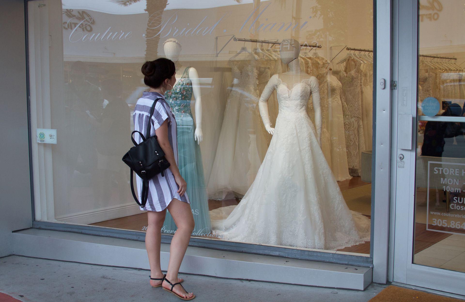 Una boutique de vestidos de novias sobre la avenida principal.