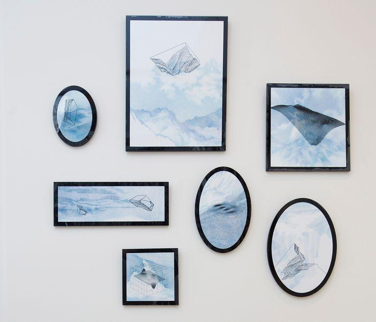 """Los cuadros azules en la boiserie son de Ana Benedetti. """"Es una joven salteña que acaba de hacer una muestra en el Museo de Arte Contemporáneo de Salta. Es una de las artistas de la galería salteña gestionada por Soledad Dahbar""""."""
