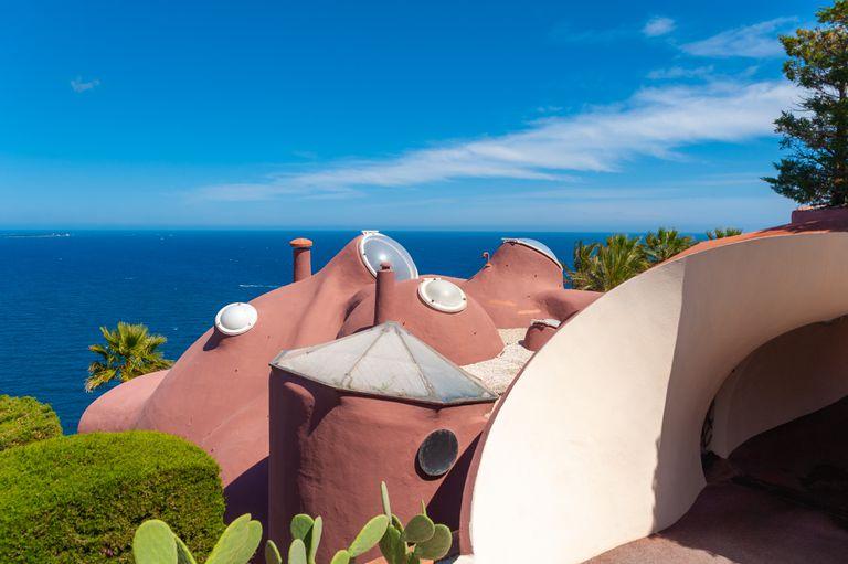 Vivir entre burbujas: cómo es la casa de verano que fue de Pierre Cardin donde todo es redondo