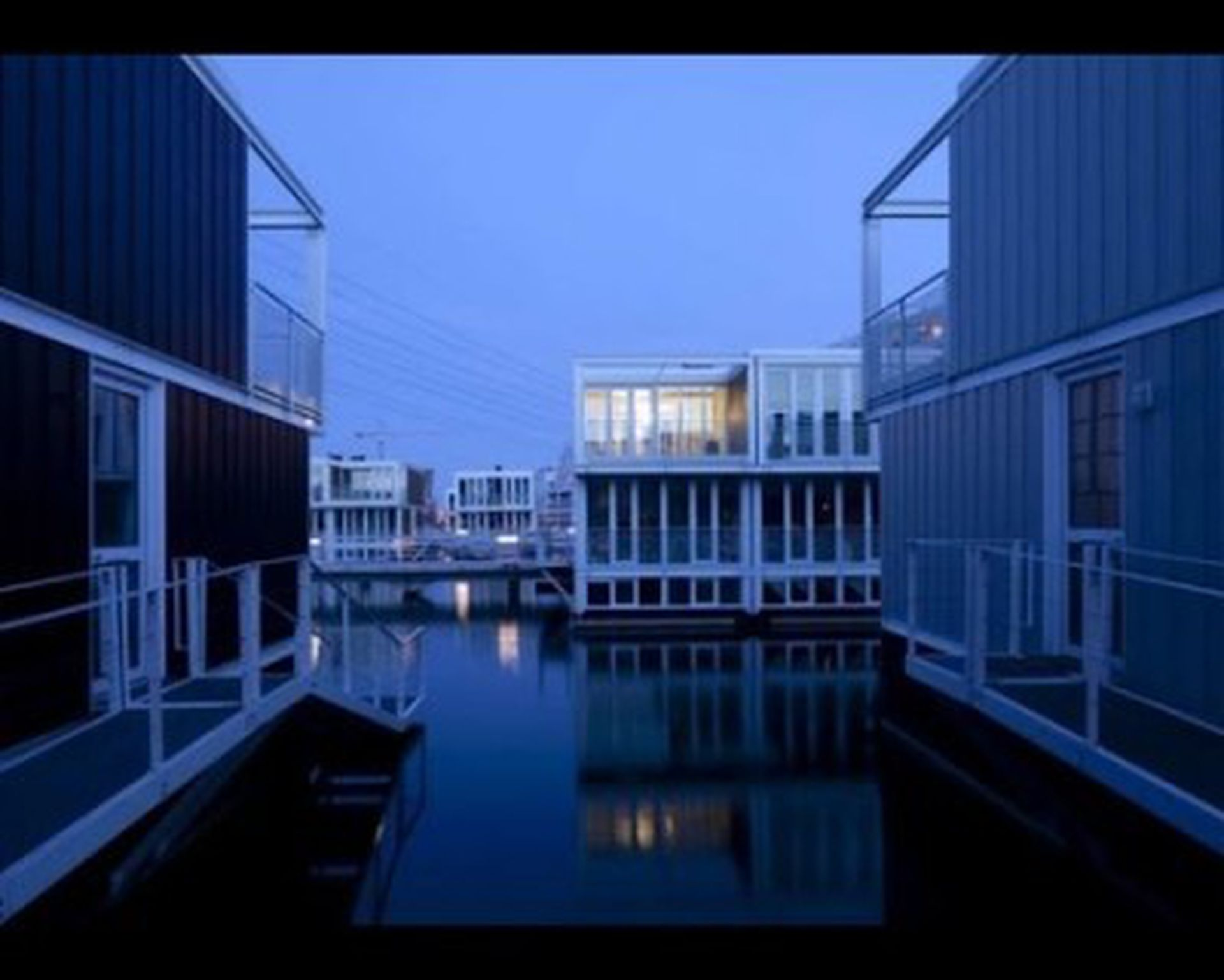 Las casas se ensamblan formando una moderna construcción que se adapta a diferentes paisajes