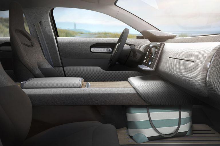 Las fotos de promoción del Lightyear One, el auto eléctrico que se recarga con los paneles solares de su techo y capot