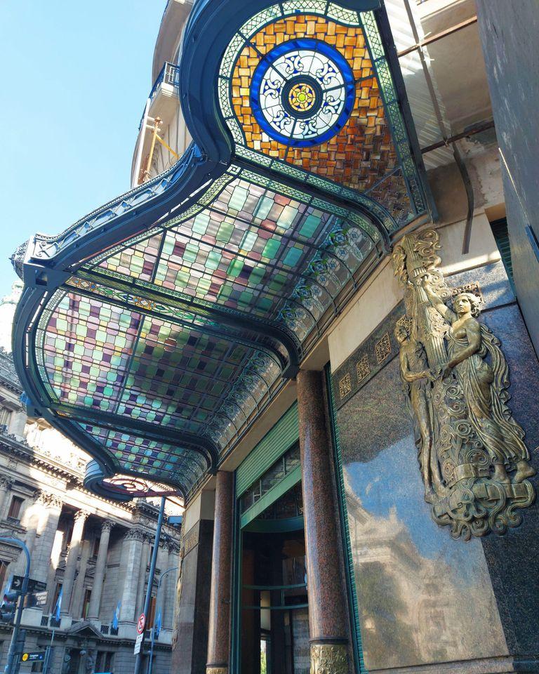 Entre otros trabajos, se restauró la marquesina del edificio
