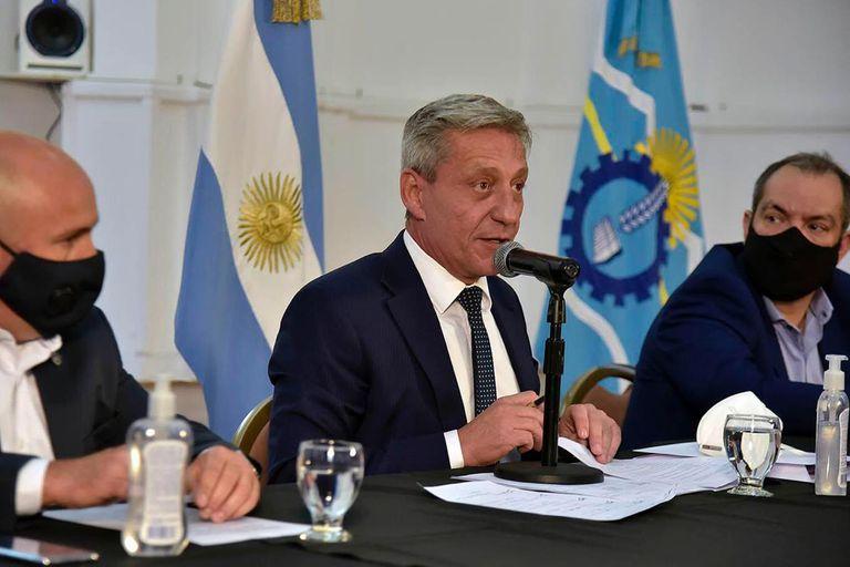 Arcioni impulsa un proyecto para el desarrollo de la minería; el gobernador aún no logró resolver el pago escalonado de los sueldos a los estatales