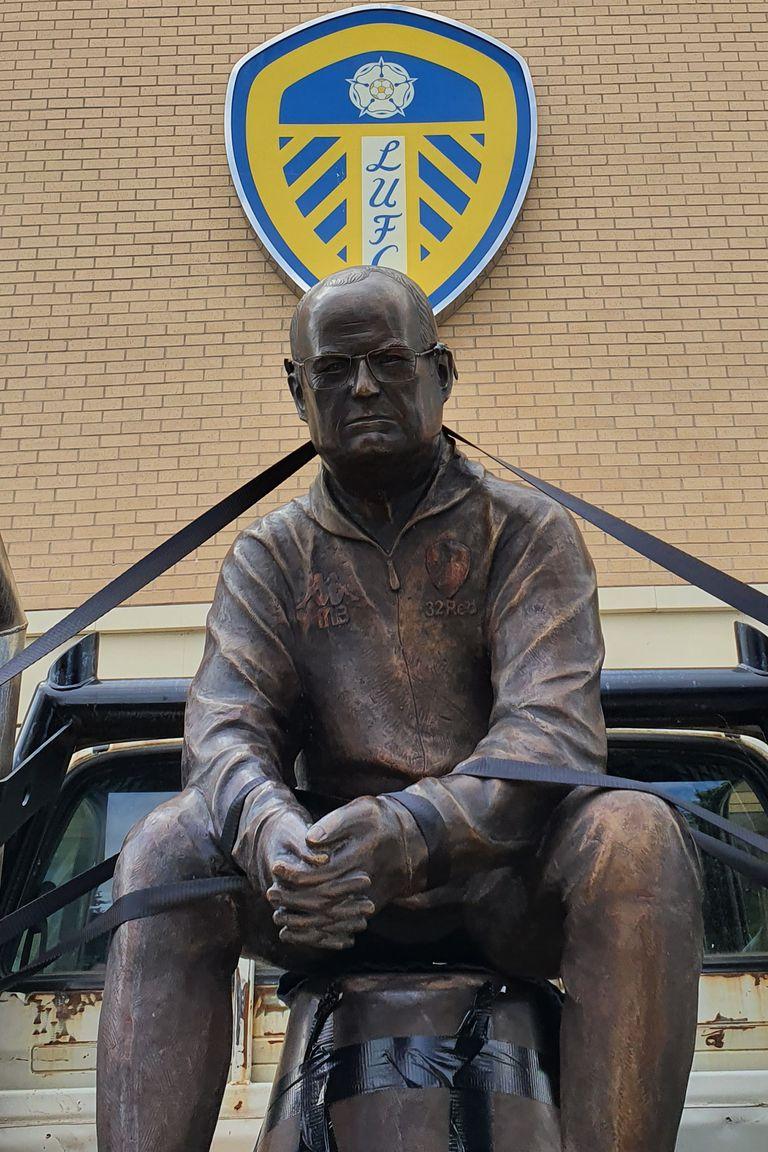 La estatua de Bielsa, de paseo por la puerta del estadio de Leeds