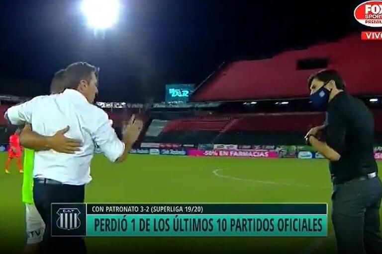 La discusión entre Kudelka y Medina tras el final del encuentro en Rosario; los dos entrenadores sostuvieron un cruce picante