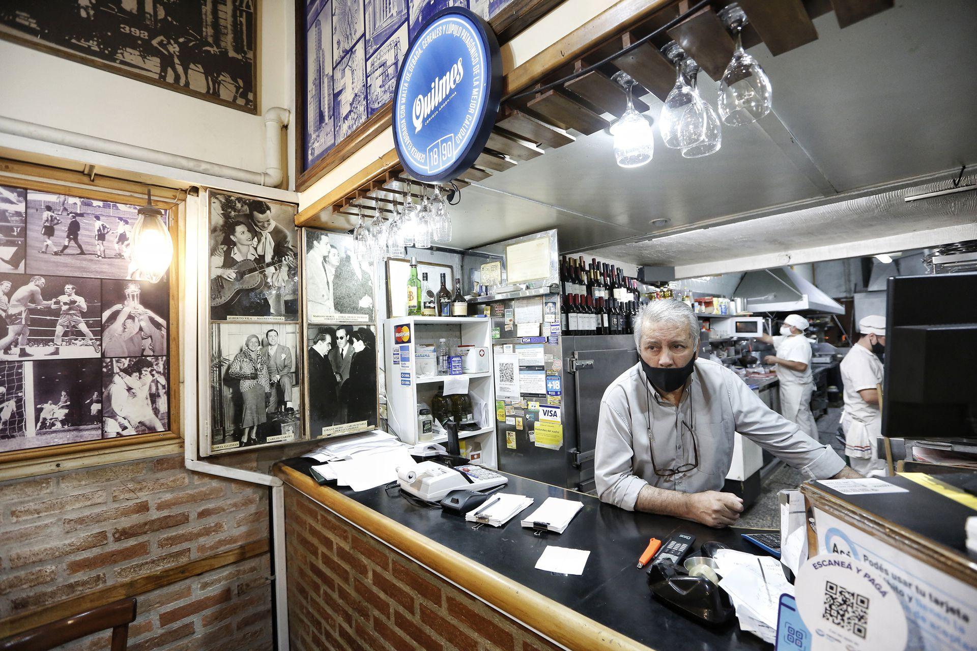 Antonio Segovia es el encargado de la sucursal de Los Inmortales que está sobre la Avenida Corrientes