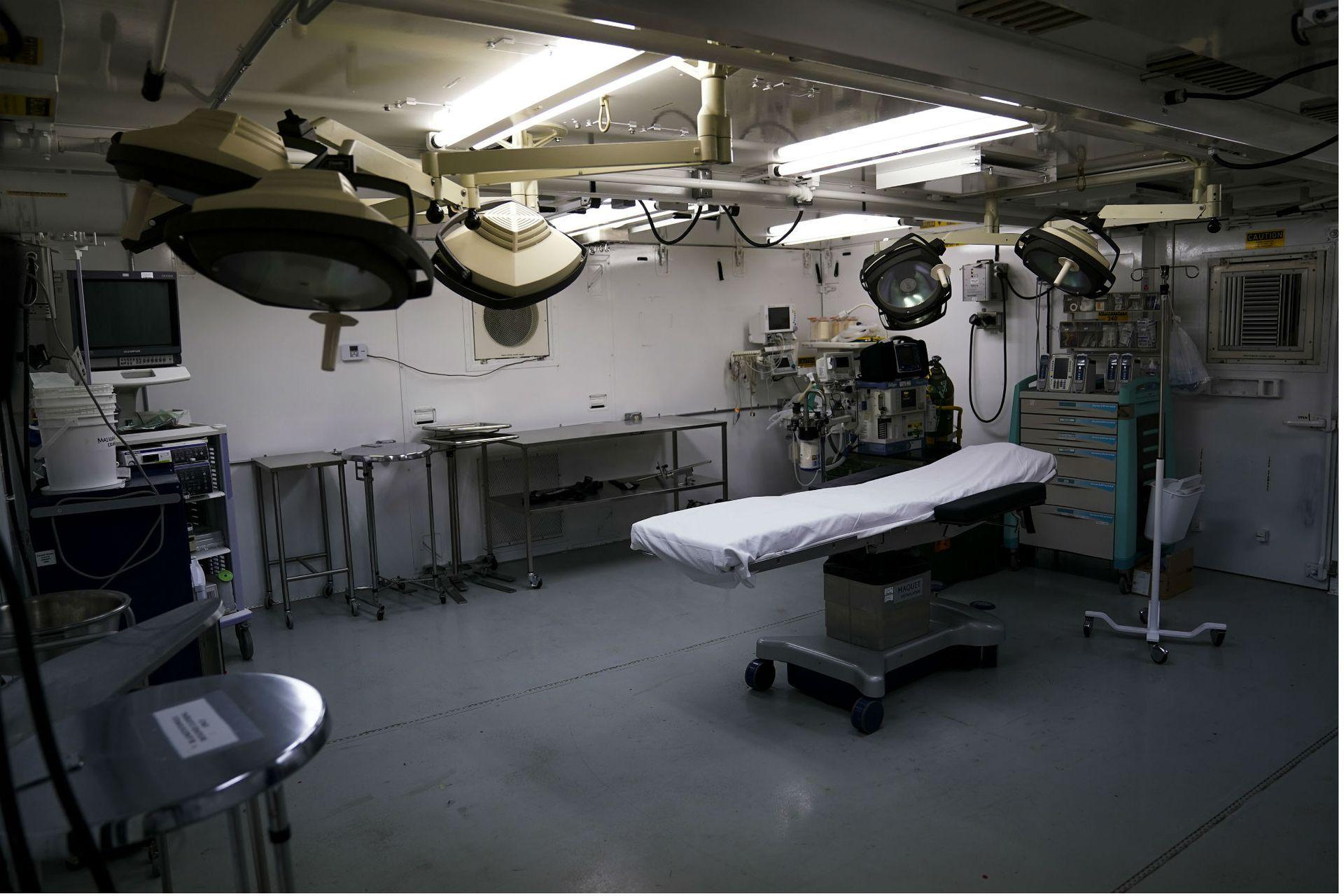 Una mesa de operación en una nueva clínica médica en el Campamento Cinco. Conforme los detenidos envejecen, el número de intervenciones quirúrgicas complejas realizadas en el centro de detención es probable que se eleve