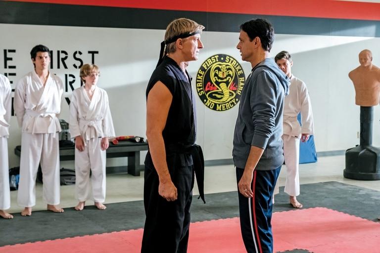 Lawrence y LaRusso, otra vez cara a cara, ahora maduros y entrañables en Cobra Kai