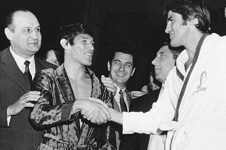 Antes del combate, Carlos Monzón saluda a Nino Benvenuti
