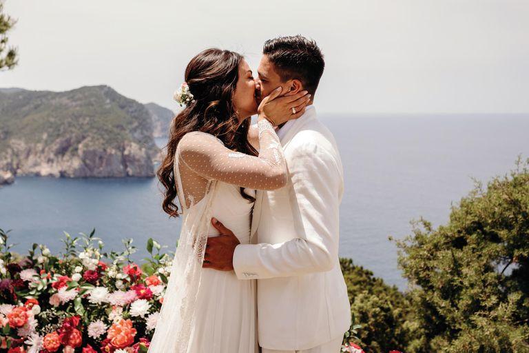 Después de aplazar varias veces su boda debido a la pandemia, la pareja finalmente cumplió su sueño de casarse.