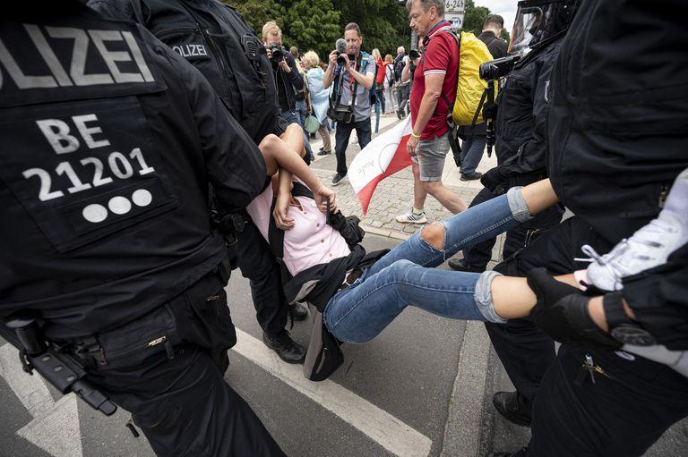 Los manifestantes antirrestricciones en Alemania desafían a la Justicia y chocan con la policía en Berlín