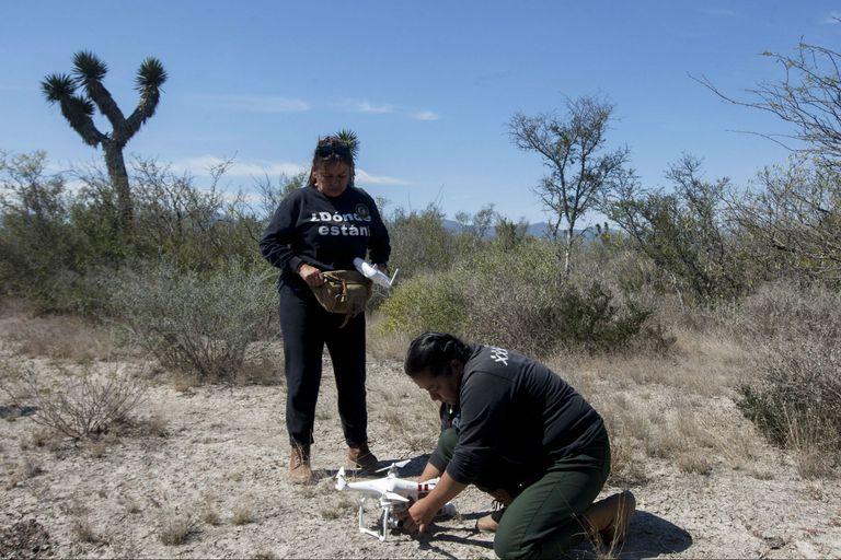 Leticia Hidalgo con el dron que utiliza para buscar a su hijo en el estado de Nueva León en México