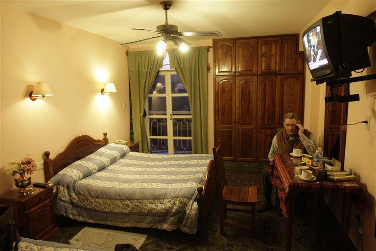 Hora 2. Recién llegado a Santa María, se instala en el mejor hotel disponible y prende la TV para ver qué pasa en Buenos Aires