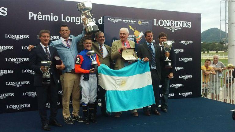 La bandera argentina flameó en la entrega de premios; un equipo ganador