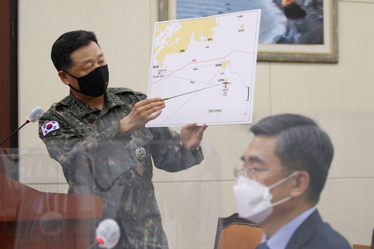 Un alto funcionario de la oficina del Estado Mayor Conjunto de las Fuerzas Armadas de Corea del Sur da una sesión informativa sobre el episodio.