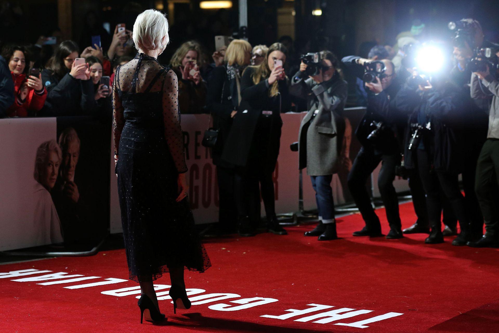 ¿Quién es esta actriz tan solicitada por los fotógrafos, sobre la alfombra roja?