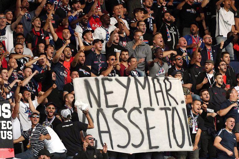 En el Parque de los Príncipes hubo pancartas en contra de Neymar