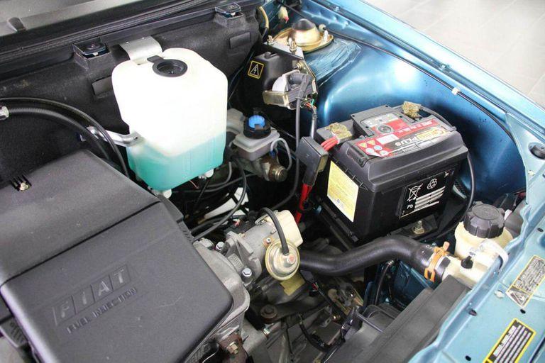 Debajo del capot se encuentra el motor naftero Fire 1.0 litros de cuatro cilindros y 44 caballos de potencia, que se asocia a una caja manual de cinco velocidades con tracción delantera