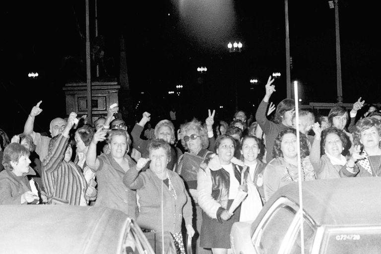 Un grupo de unas 50 personas que defendían a María Estela Martínez esperó hasta la madrugada del 24 de marzo frente a la Casa Rosada