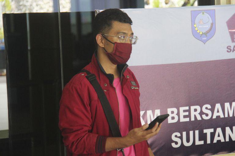 Fotografía del 18 de julio de 2021 de un hombre que usó una identidad falsa para abordar un vuelo en el aeropuerto Sultan Babullah en Ternate, Indonesia. (AP Foto/Harmoko)