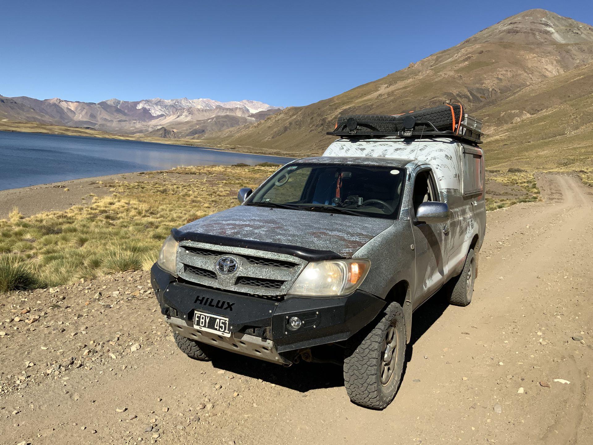 """La camioneta de Alejandro está adaptada para """"navegar"""" las rutas."""