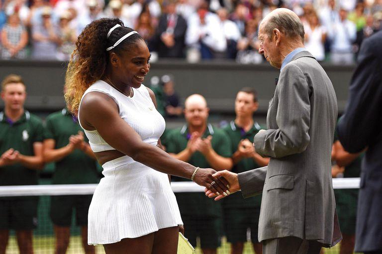 Serena Williams, subcampeona de Wimbledon 2019, saluda al príncipe Eduardo (presidente del All England Lawn Tennis and Croquet Club) después de recibir su trofeo