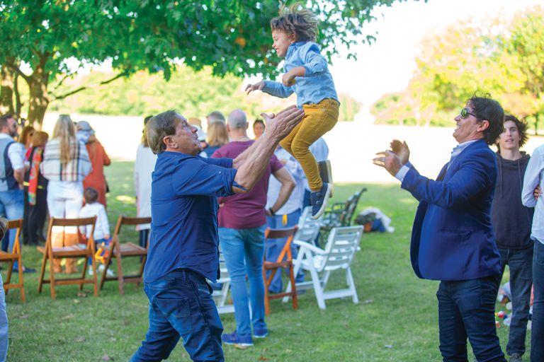 Tres generaciones juntas: Quique y Sebastián Estevanez juegan con Valentino, tercer hijo del actor