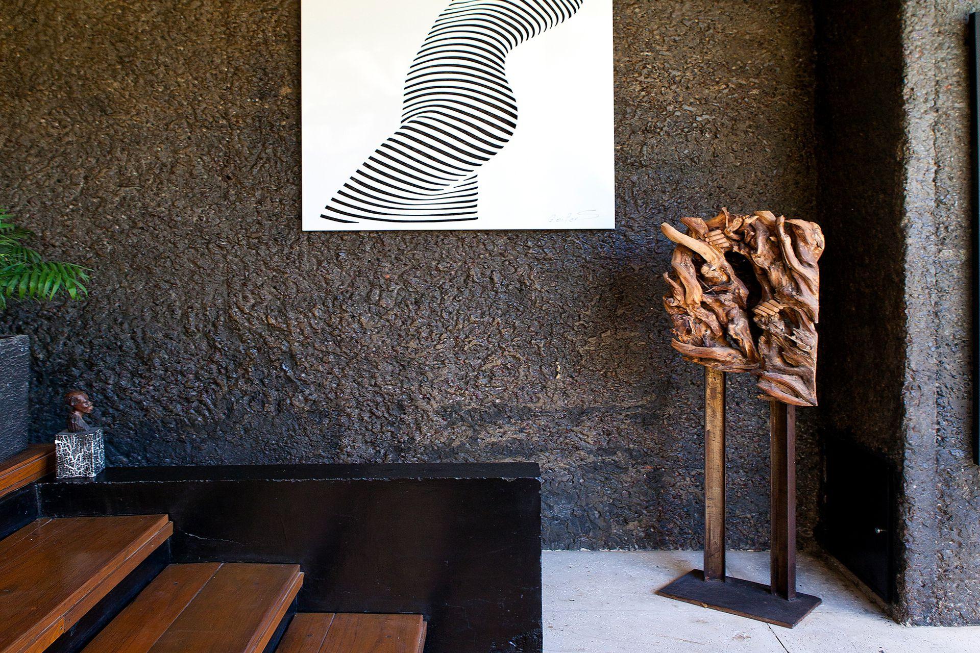 """El cuadro """"Mujer con códigos"""" pertenece a la misma serie que el que está junto a la chimenea."""