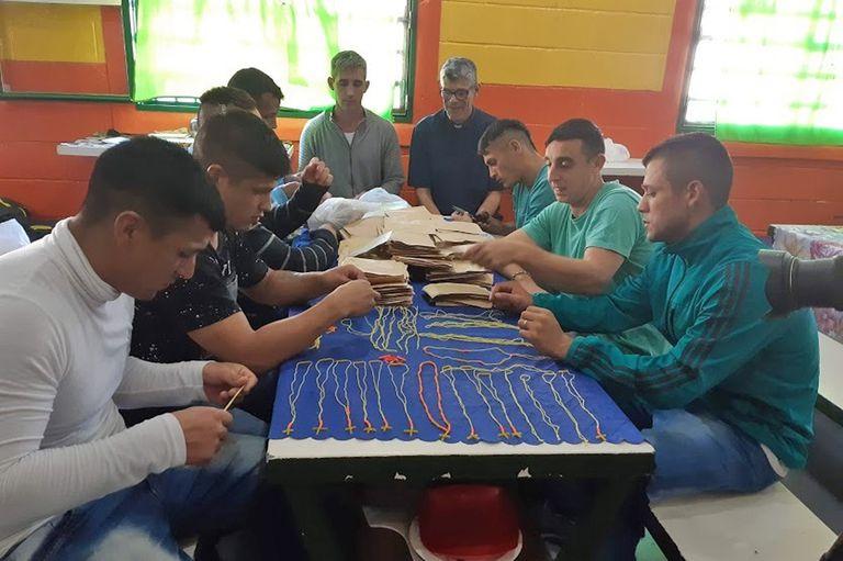 Presos de la cárcel de Junín hicieron 2000 rosarios para que sean donados