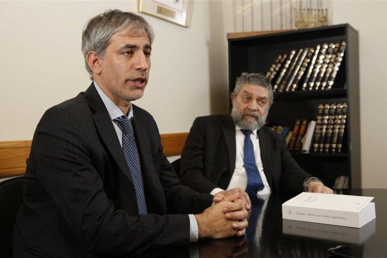 """El abogado Miguel Bronfman y el expresidente de la AMIA Leonardo Jmelnitzky, cuando presentaron el libro """"Causa AMIA"""""""