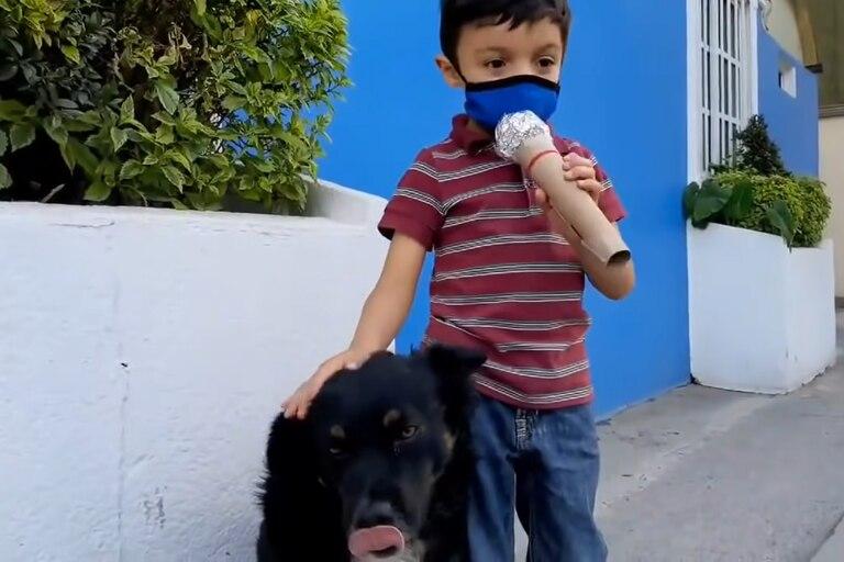 El niño improvisó un micrófono