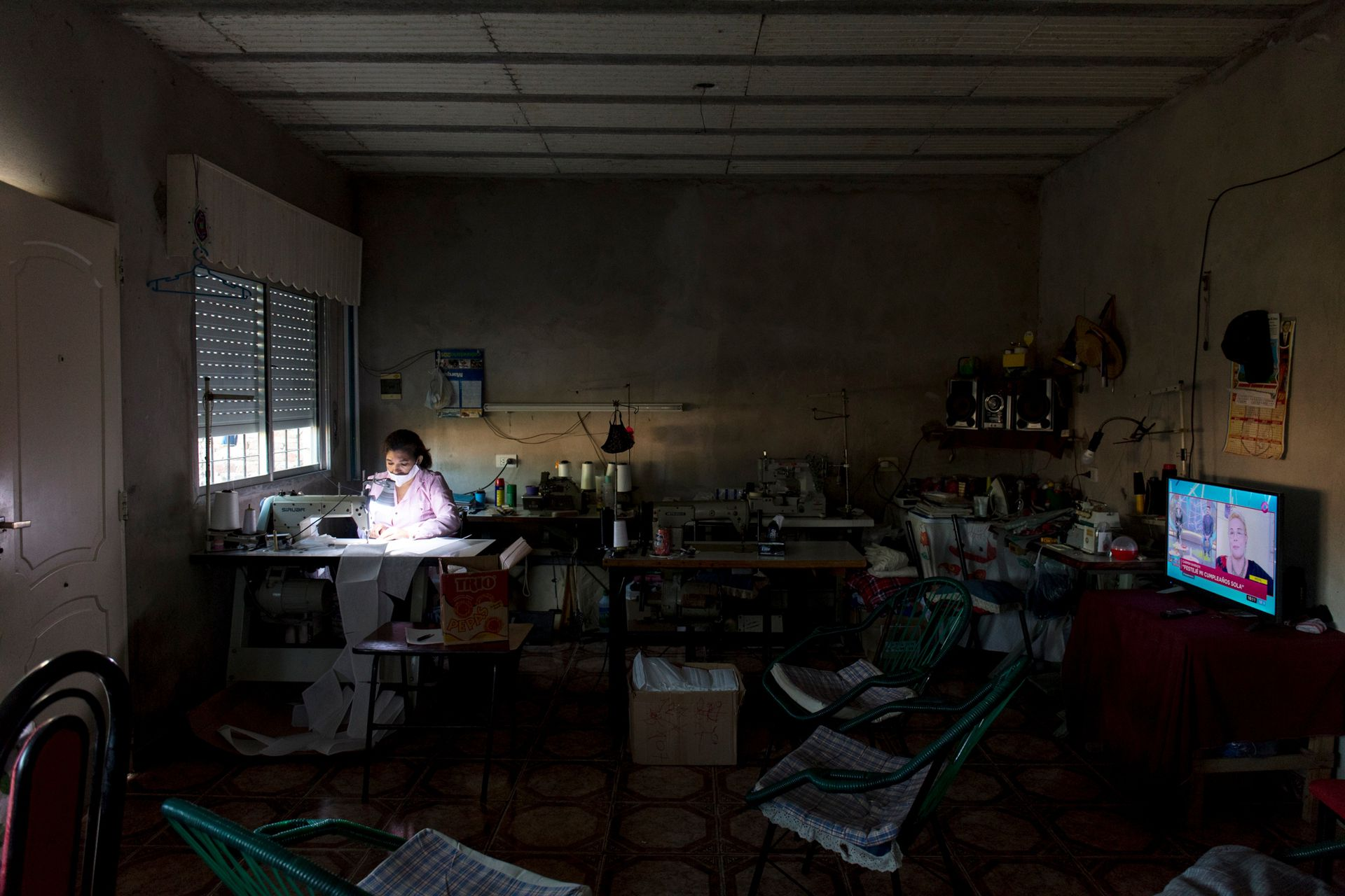 Graciela Funes Llanos trabajando en su hogar
