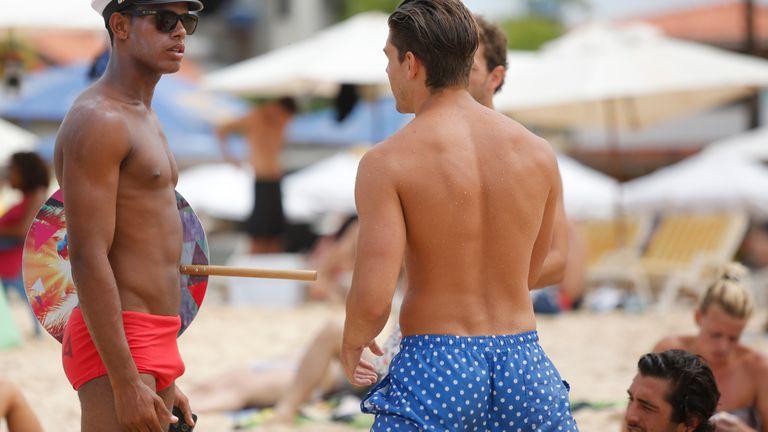 Aunque algunos argentinos se animen a comprarse una sunga, llegado el momento de ir a la playa la dejan en la valija.