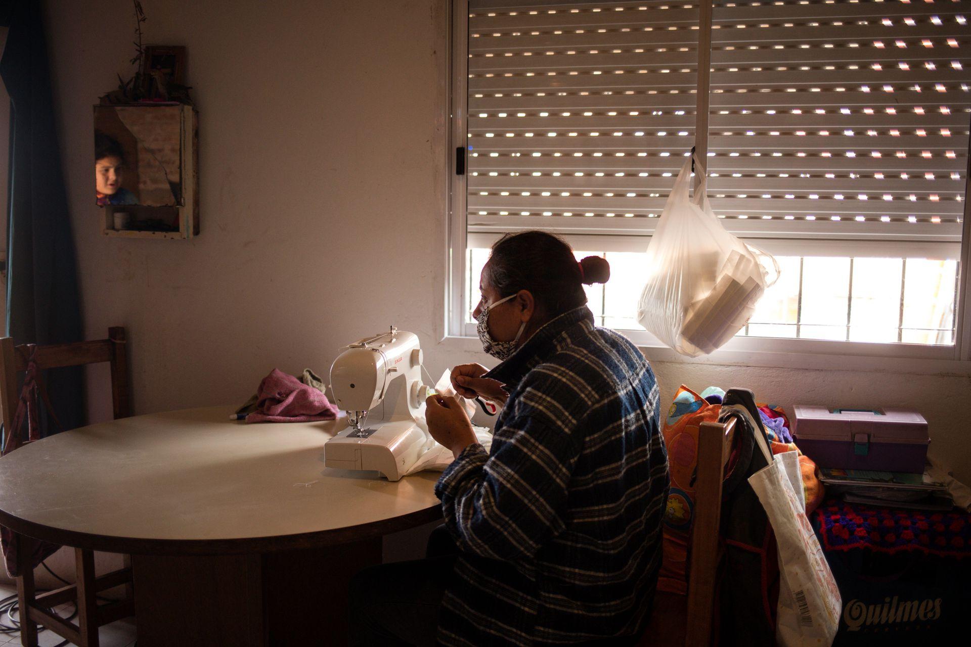 Audelina Beatriz Vázquez Cabral con su máquina de coser