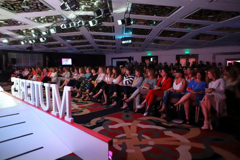 Más de 400 mujeres escuchan atentamente